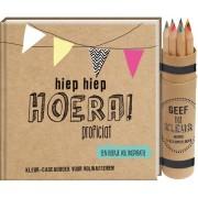kleur-cadeauboekje voor volwassenen met potloden - hiep hiep hoera! proficiat