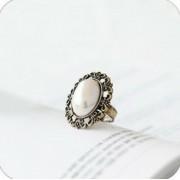 Antik hatású ovális formájú, arany színű fehér gyöngyös gyűrű