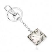 Kulcstartó ezüst színben, négyzet átlátszó fénymázzal fedve, fehér galambok