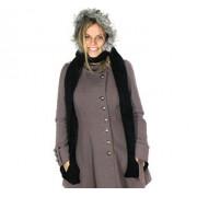 Zwarte sjaal met muts voorzien van imitatiebont