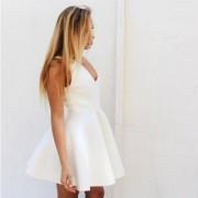 Rozkloszowana sukienka z dekoltem i bez rękawów
