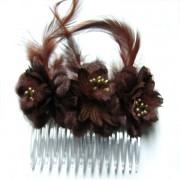 Peineta con flores y plumas marrón chocolate