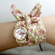 Divatos, nyárias karóra fehér, virágos szövet szíjjal - közepes méretű számlappal