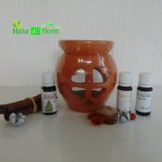 PACHET Candelă de aromaterapie și 3 sticluțe de ulei de parfum LĂCRIMIOARĂ, VANILIE, MĂR VERDE