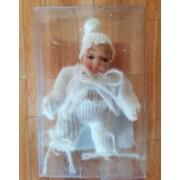 Bebelus in alb