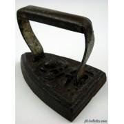 Ferro da stiro antico in ghisa