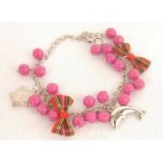 Kralen armband donker roze met strikjes en bedels