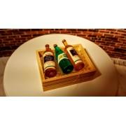 Lada din lemn cu 3 sticle de vin si cuburi de gheata