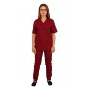 Costum medical grena, cu bluza cu anchior in forma V, trei buzunare aplicate si pantaloni visiniu cu elastic