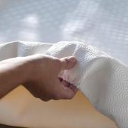 Witte beschermhoes voor ronde tafel