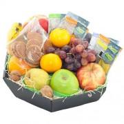 Fruitmand seizoensfruit, thee en koek