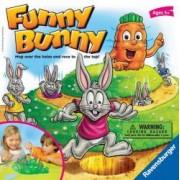 Joc Funny Bunny Ro .Jocul include o platforma de joc un morcov rotativ 16 iepurasi in patru culori 24 de carti