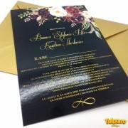 Invitaţie nuntă cu bujori burgundi şi text auriu