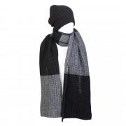 Laura T. Set in maglia, sciarpa bicolore e cappello tinta unita