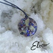 Zodia Varsatorului, pandantiv realizat din granat, ametist, obsidian negru, lapis-lazuli, acvamarin, fluorit, cuarţ rutilat, cuarţ roz, cupru, răşină