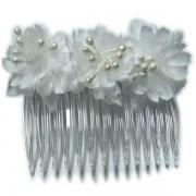 Peineta con flores blancas y bola perladas