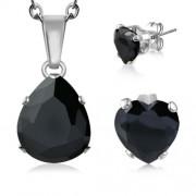 Ezüst színű, fekete cirkónia kristállyal díszített csepp alakú medál, szív alakú fülbevalóval