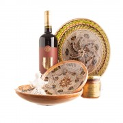"""Coș cadou cu ceramică de Horezu vin roșu și zacuscă de ghebe """"DIN INIMA SATULUI"""""""