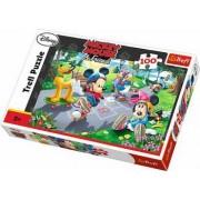 Puzzle clasic pentru copii - Mickey Mouse si Pluto pe role 100 piese