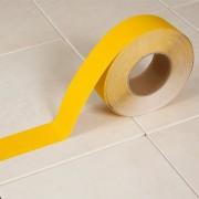 Žlutá korundová protiskluzová samolepící podlahová páska - délka 18 m a šířka 5 cm