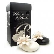 Fehér Kerámia Vázában - Mikado - Piros Gyümölcs