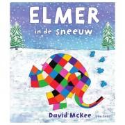 Lobbes Elmer in de sneeuw
