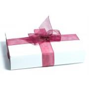 Bijuteria este ambalata pentru a fi oferita cadou