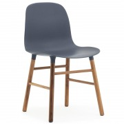 Normann Copenhagen Form Chair stoel met walnoten onderstel blauw