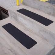 Černá korundová samolepící protiskluzová páska (pás) - délka 61 cm a šířka 15,2 cm