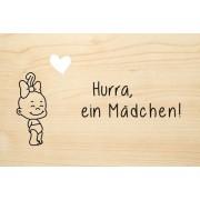 Die Laserei Holzgrusskarte - Geburt - Hurra, ein Mädchen. Babymädchen mit Spange im Haar ...