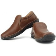 Clarks Stroll Over Genuine Leather Slip On Shoes For Men(Brown, Beige)