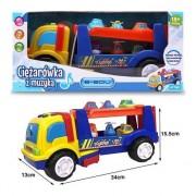 Camion cu muzica pentru un copil mic într-o cutie