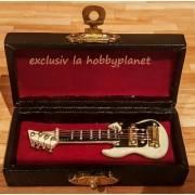 Chitara electrica negru cu alb in caseta de piele neagra