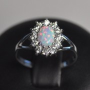 Stříbrný prsten - světlý opál a zirkony