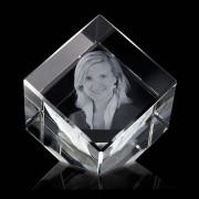 Gekantelde Kristalglas Kubus met Lasergravure (8 cm.)