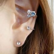 Cercel ear cuff pentru ambele urechi, fir rasucit cu cristale si perla