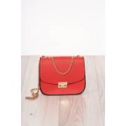 Piros szintetikus bőr táska cipzárral hosszú, lánc jellegű akasztóval és csatokkal van ellátva