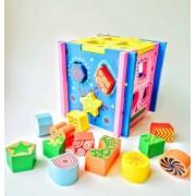 Cub din lemn cu sortator forme geometrice colorate