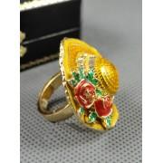 Inel auriu, model cu palarie ondulata, ornat cu cristale albe si flori rosii