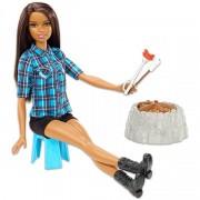 Barbie a tábortűz mellett, barna bőrű