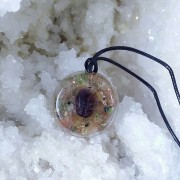 Zodia Fecioara, pandantiv realizat cu cristale si pietre semipretioase, granat rosu, carneol, peridot, cuart rutilat, cupru, rasina