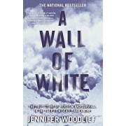 A Wall of White: The True Story of Heroism and Survival in the Face of a Deadly Avalanche, Paperback/Jennifer Woodlief