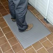Šedá vinylová průmyslová protiúnavová protiskluzová rohož - délka 90 cm, šířka 60 cm a výška 0,9 cm