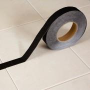 Černá korundová protiskluzová samolepící podlahová páska - délka 18 m a šířka 2,5 cm