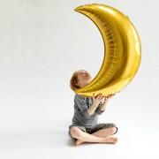 Balon gigant auriu în formă de lună