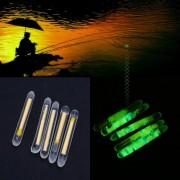 50pcs Pesca fluorescente luz de la noche del flotador del clip en la oscuridad palillo del resplandor del Conjunto