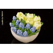 Designkaarsen com Schaaltje met tulpen WIT en blauwe druifjes, KAARS - kaarsen