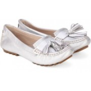 Clarks Evesham Rhythm Silver Metallic Boat Shoes For Women(Silver)