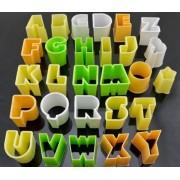 Set di 28 tagliapasta a forma di lettere.