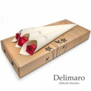 Czerwona róża w białym rożku